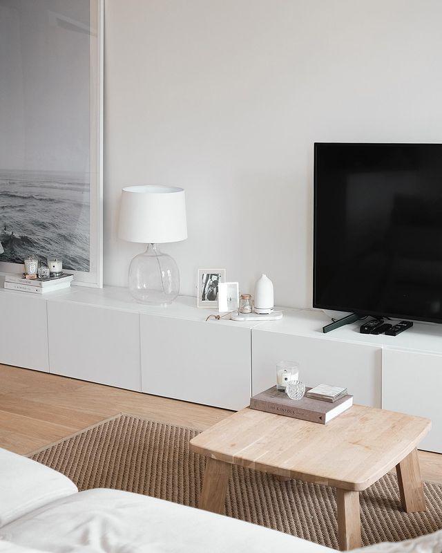 ディスプレイも楽しめる白いテレビボード