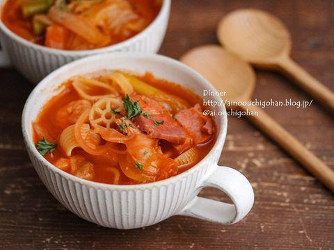 トマト、スープ、ベーコン、マカロニ、パセリ、玉ねぎ。