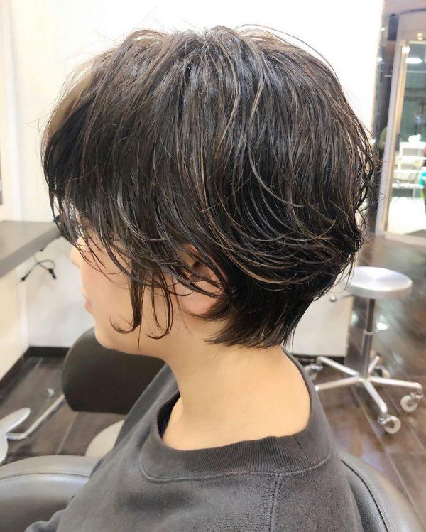 立体感のあるショートヘアスタイル