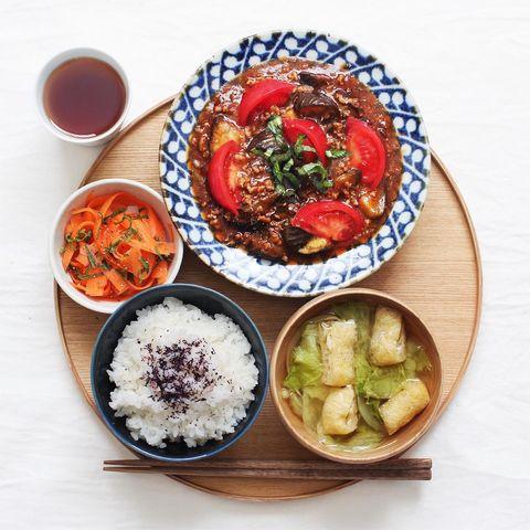 なす、トマト、ひき肉、麻婆、人参、ご飯、ゆかり、油揚げ、キャベツ、味噌汁。