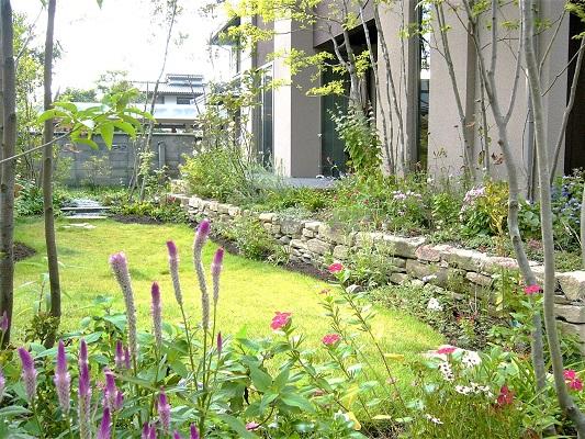 おしゃれで明るい印象の庭のデザイン