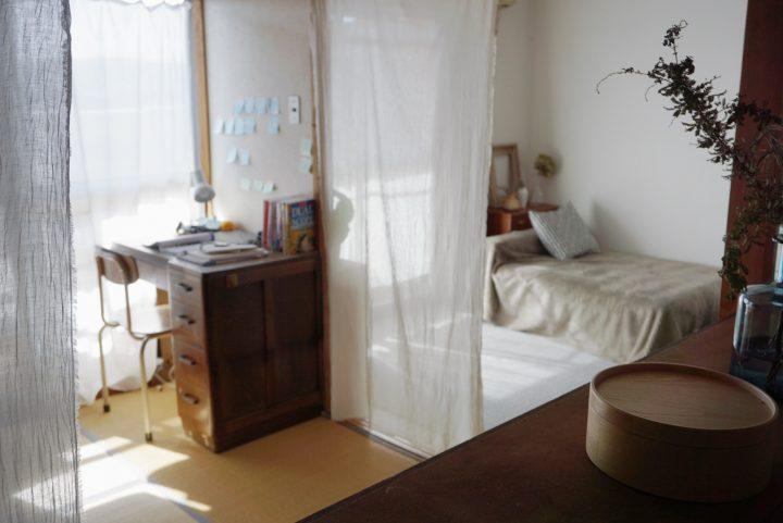 寝室やキッチン…生活感のあるものをゆるやかに隠す