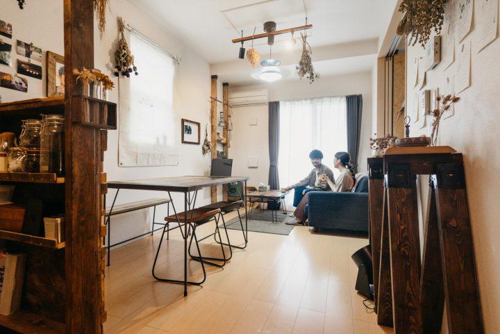 キッチン側にダイニング、壁とソファを並行に配置した例