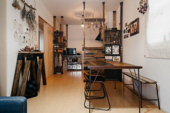 キッチン側にダイニング、壁とソファを並行に配置した例2