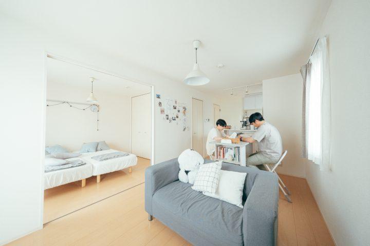 キッチン側にダイニング、窓とソファを並行に配置した例
