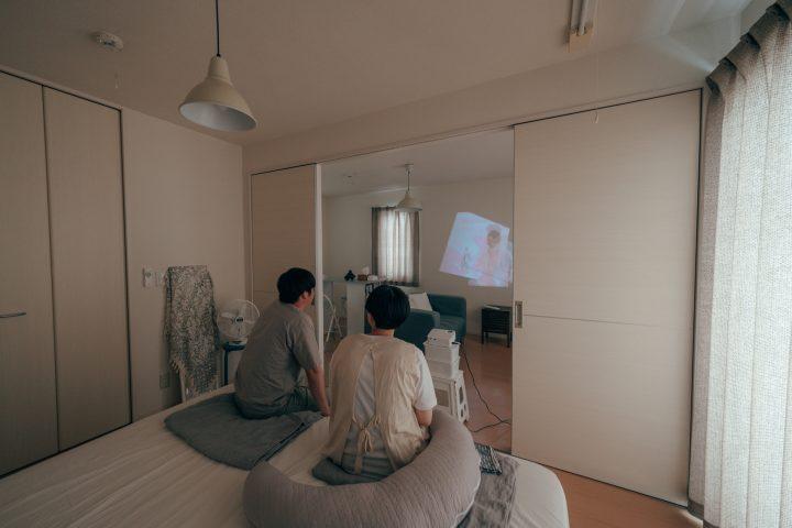 部屋の色味を落ち着かせ、壁一面は、何も置かない