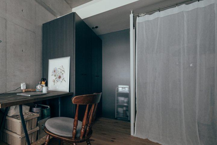 寝室やキッチン…生活感のあるものをゆるやかに隠す2