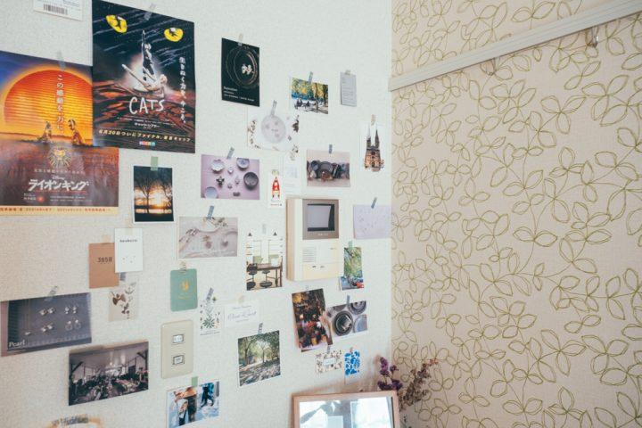決め手の壁を旅の思い出で装飾。