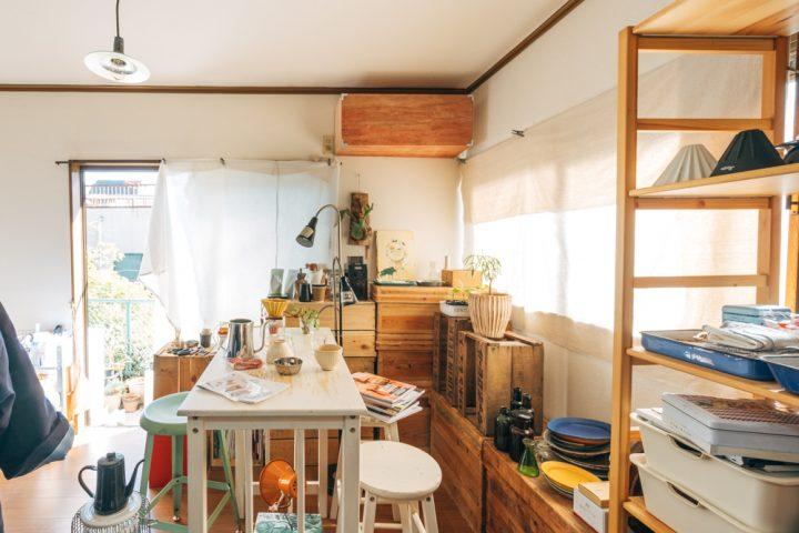 緑あふれる環境で、園芸に料理。楽しみを知人と分かち合う築28年1K、一人暮らしのインテリア