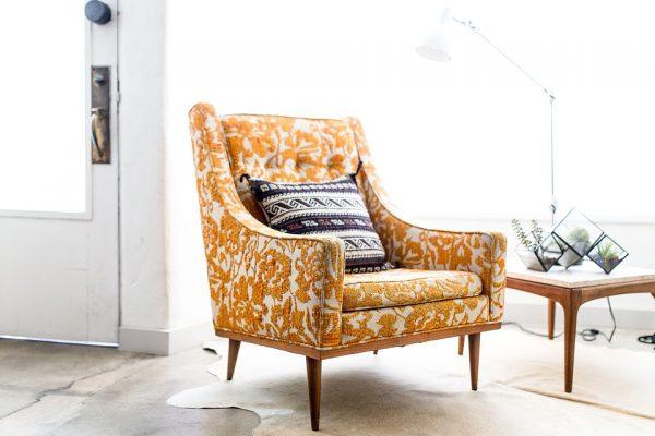 立体感のある刺繍デザインの1人掛けソファ