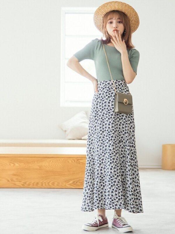 +花柄スカートのレディースコーデ