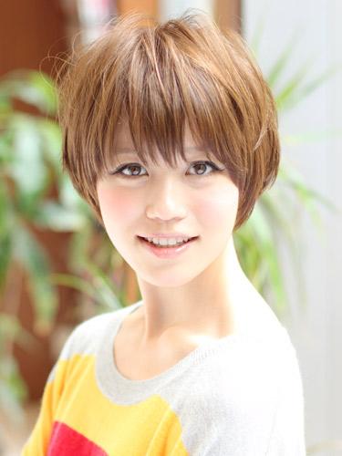 明るめカラーの大人可愛いショートヘア
