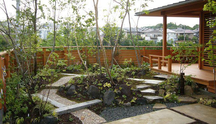 ウッドデッキを配置したおしゃれな庭のデザイン