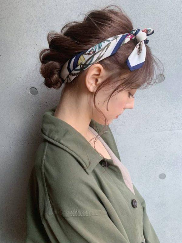 柄スカーフを使って夏のまとめ髪
