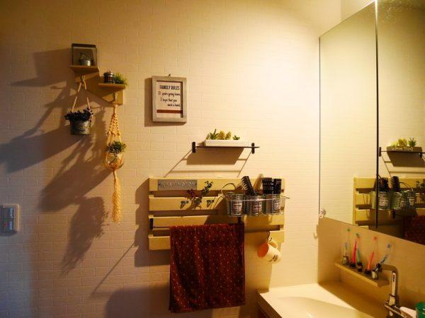 すのこを使うアイデアで人気の洗面所収納棚