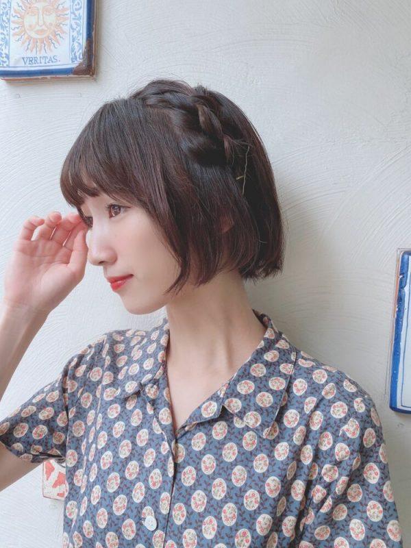 サイド編み込み×ゴールドピンの髪型