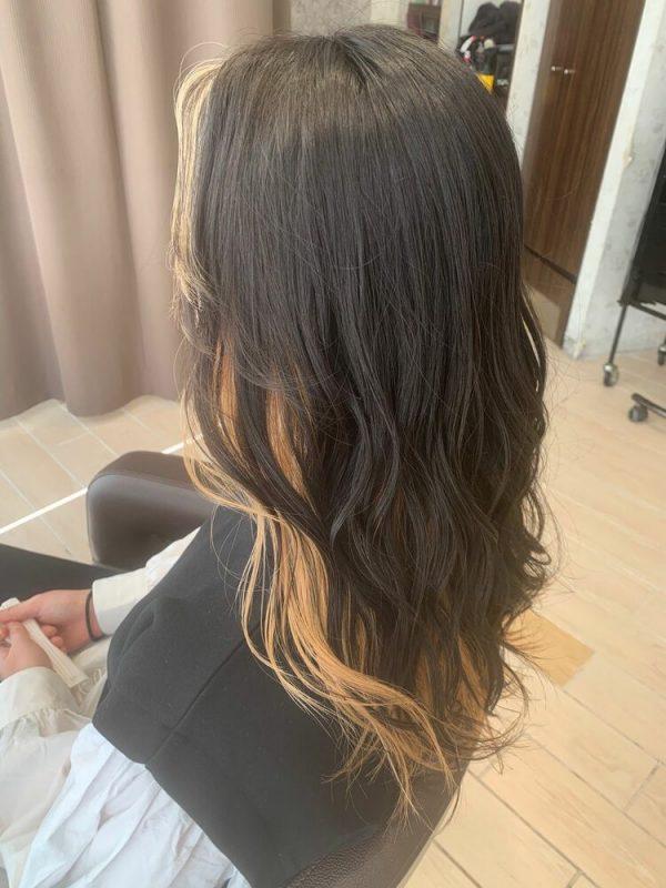 黒髪を縁取る金色インナーカラー