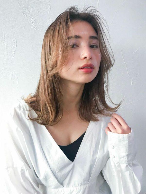 大人女性に人気の外国人風前髪のウルフカット