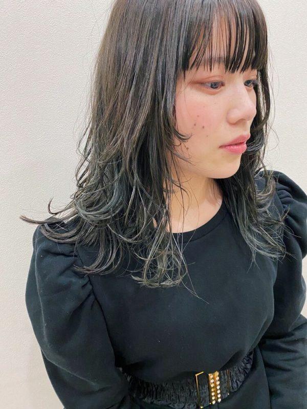 アッシュグレージュの裾カラー×セミロング