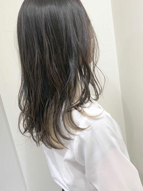 黒髪ストレート×ベージュ系インナーカラー
