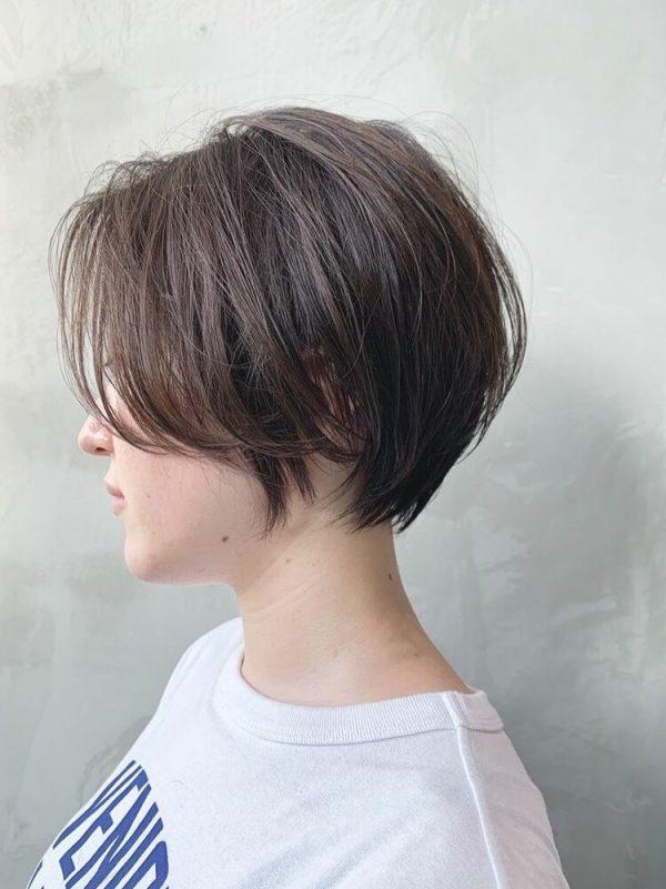 大人女性に人気のこなれ前髪のウルフカット