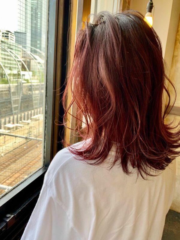 40代向けのチェリーレッドミディアムヘア