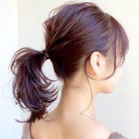 ポニーテールは後れ毛の出し方で印象が変わる。こなれ感が出る大人のスタイル集