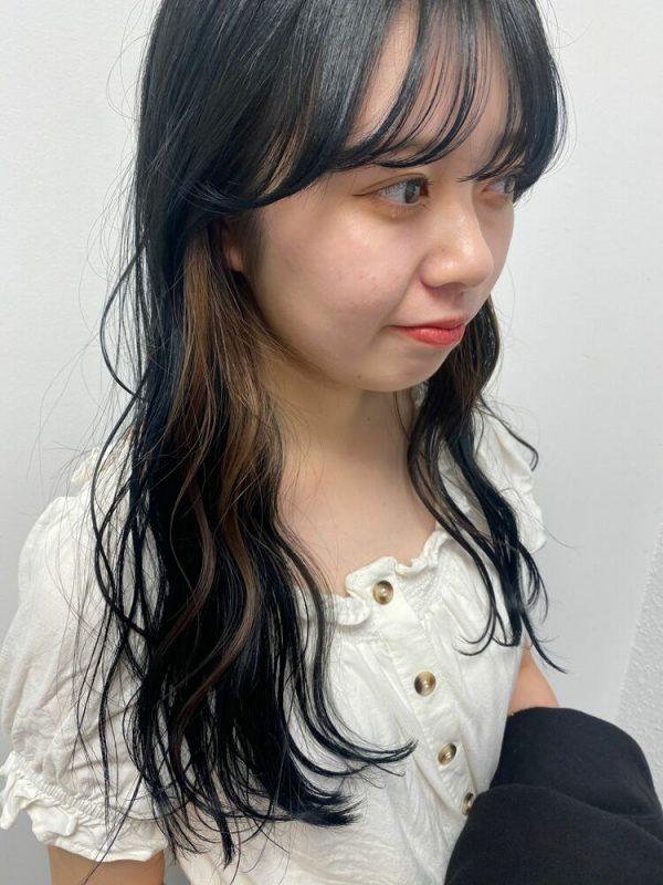 細い毛束で楽しむ黒髪×イヤリングカラー