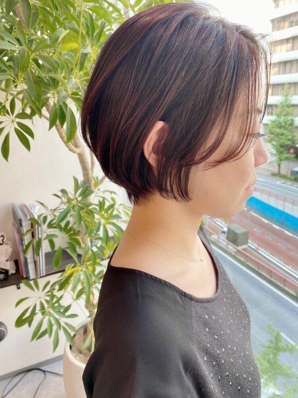 長い前髪で顔まわりをカバーするショートボブ