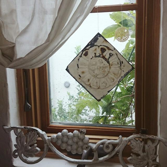 おしゃれなタイルで窓をデコレーション