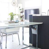 ダイニングテーブル下の収納アイデア15選。卓上を広々と使えるスペース活用方法