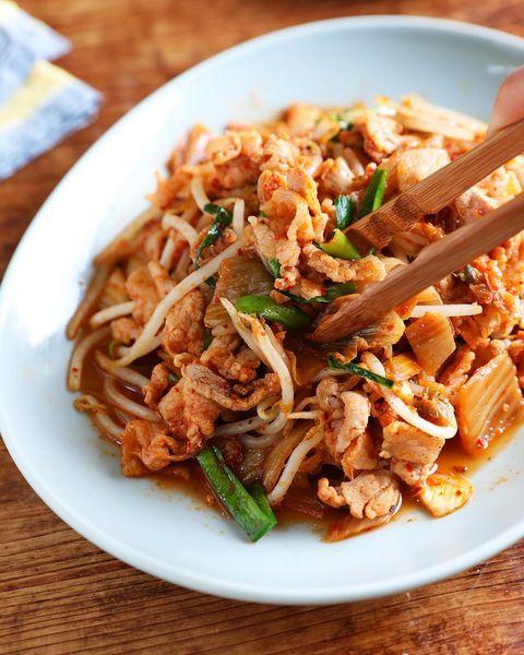 定番レシピ!韓国産白菜キムチで豚キムチ