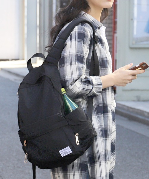 サイドポケット充実の黒リュックサック