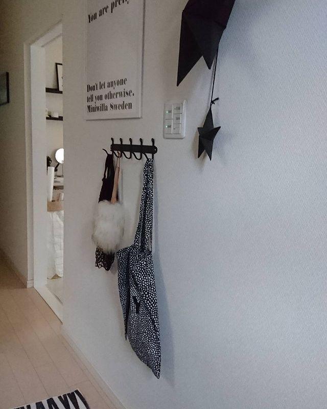 廊下にお出かけ小物を整理収納するアイデア