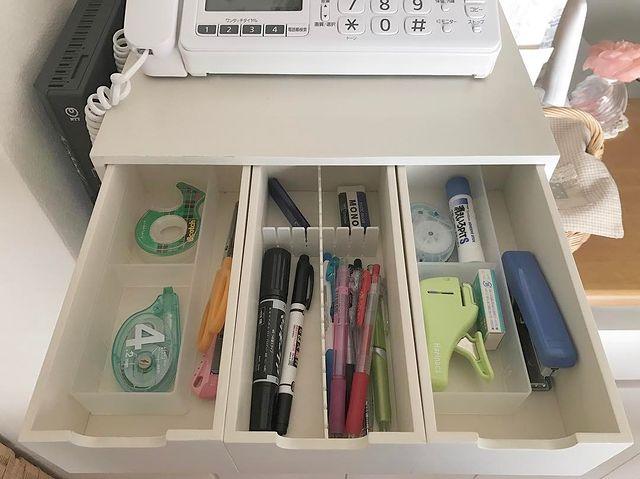 キッチンカウンターに引き出しを置いて小物を収納