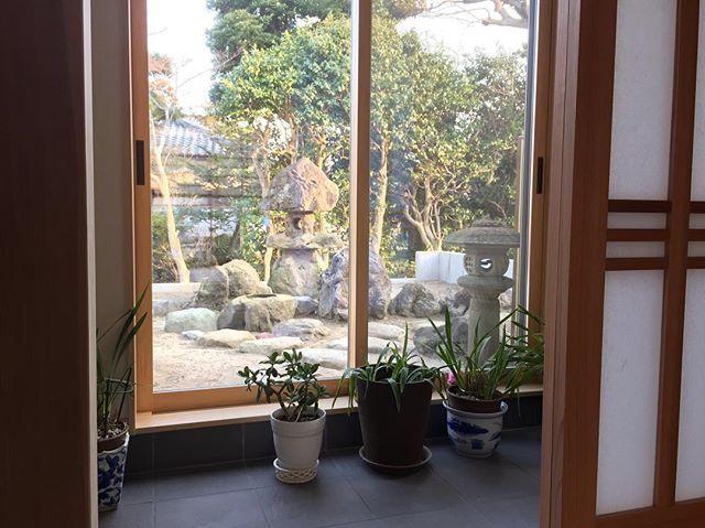 和モダンな庭を日本庭園風にできる石灯籠・庭石