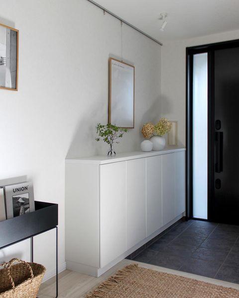 黒の扉と白い靴箱を生かした可愛い玄関