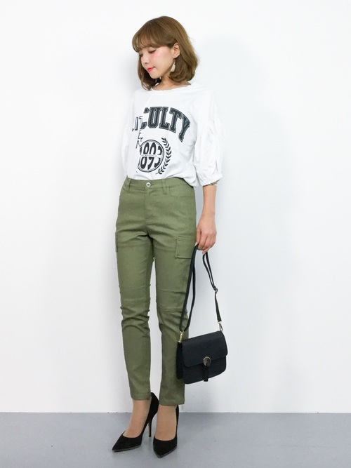 ロゴTシャツ×緑カーゴパンツコーデ