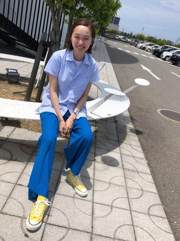 黄色スニーカー×ブルーパンツの夏コーデ