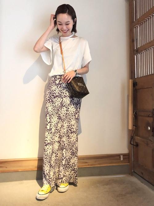白Tシャツ×柄スカートの黄色スニーカーコーデ