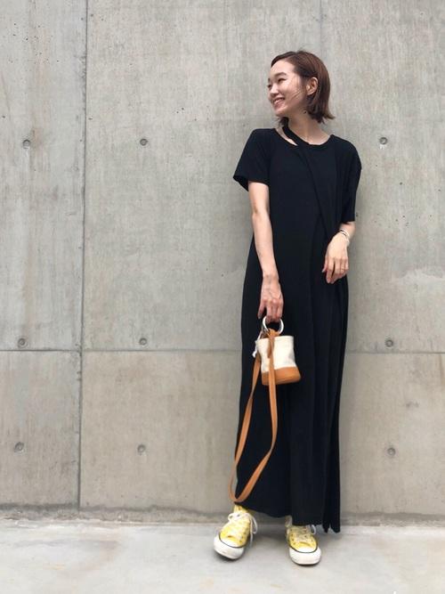 黒ワンピース×黄色スニーカーコーデ