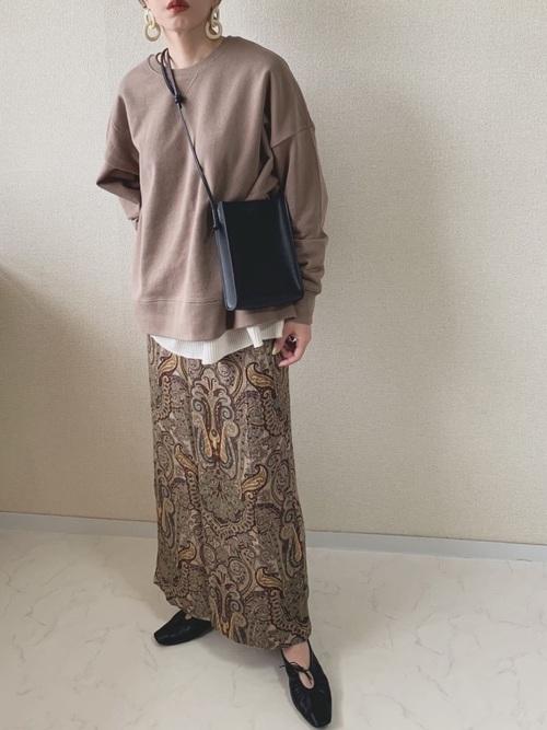 茶色スウェット×ペイズリースカートコーデ
