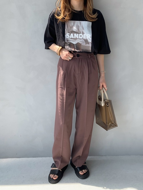 黒プリントTシャツ×タックパンツコーデ