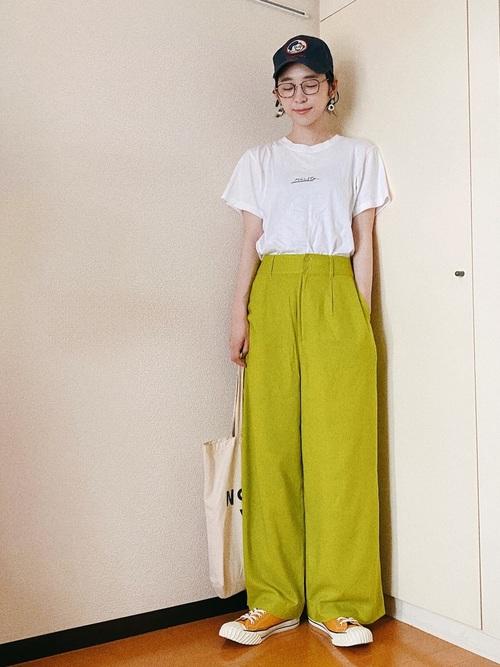 黄色スニーカー×緑パンツの夏コーデ