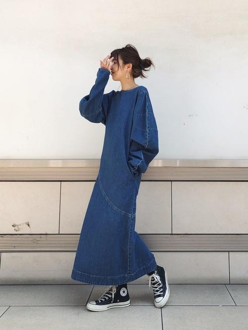 デニムワンピース×黒スニーカーファッション