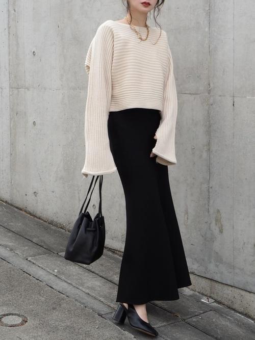 白フレア袖ニット×黒ロングスカートコーデ