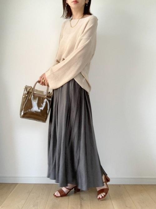 ベージュニット×濃色スカートのプチプラコーデ