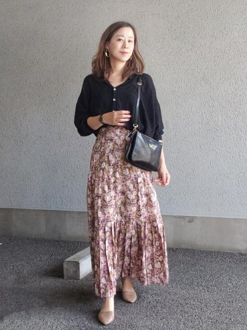 Vネックブラウス×花柄ロングスカートの夏コーデ