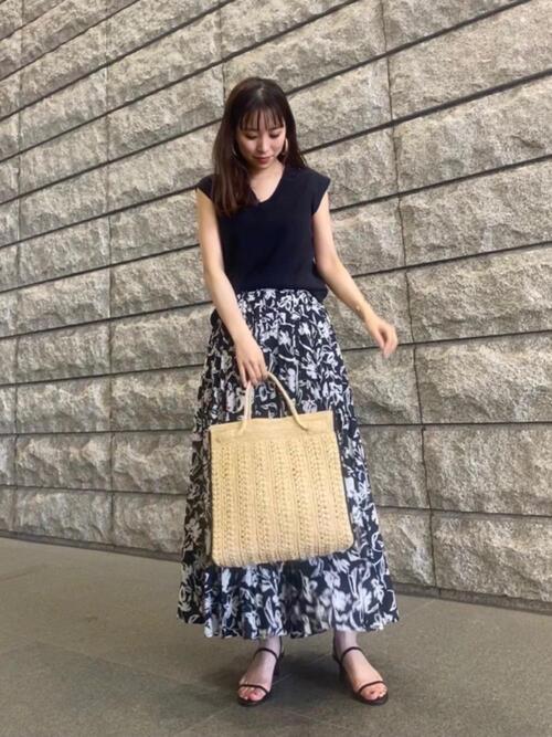 グレートップス×黒花柄スカートの夏コーデ