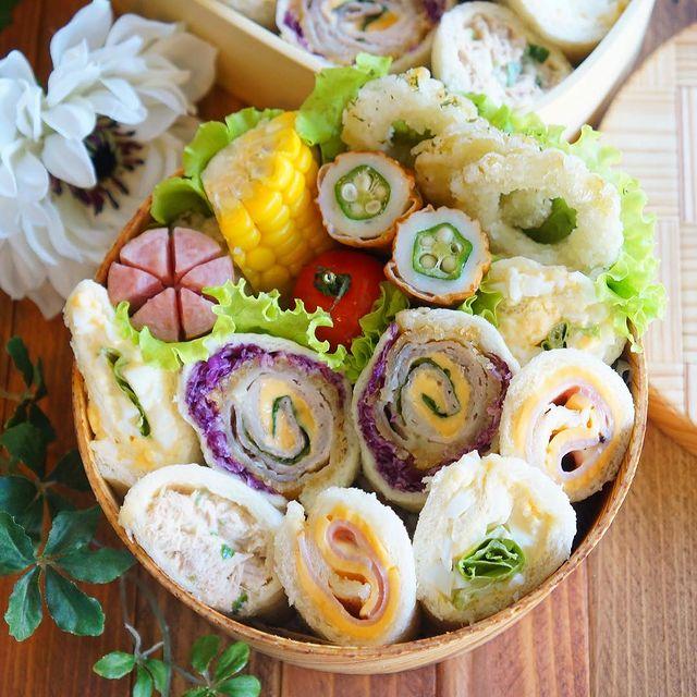 ロールサンドイッチ、お弁当、ウィンナー、トウモロコシ、オクラ竹輪、ミニトマト。